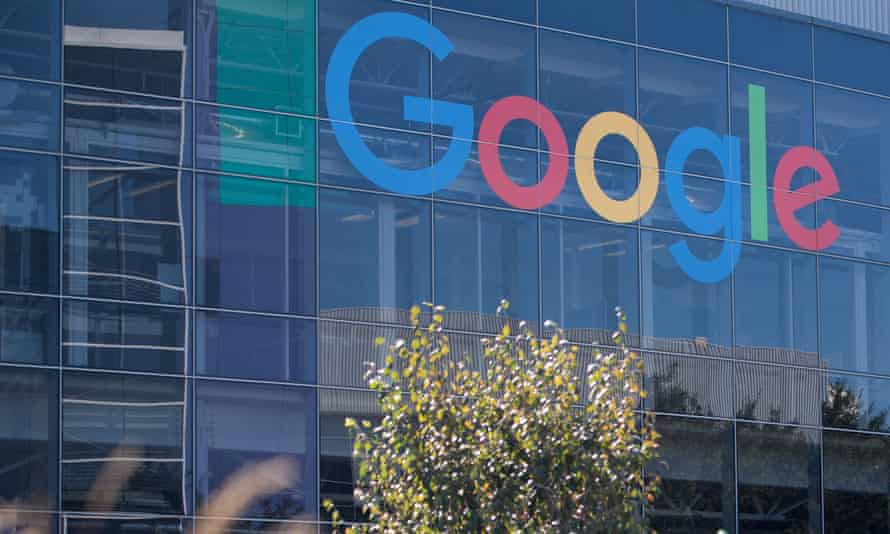 Google called on a judge to bar ex-employees from advancing a class-action suit over pay disparities.