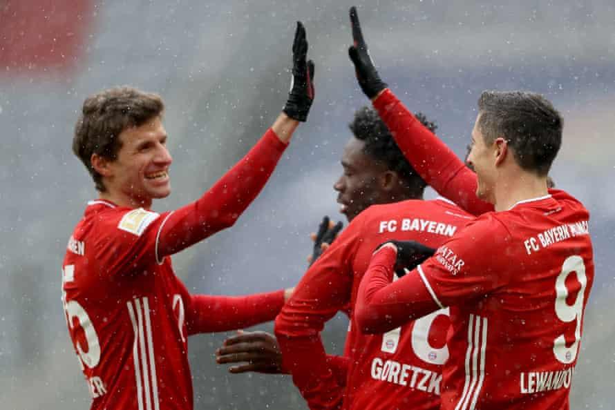 Thomas Müller and Robert Lewandowski scored the goals as Bayern Munich beat Freiburg.