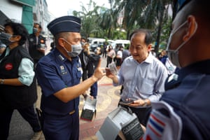 Bangkok, Thailand. Members of the Royal Thai Air force hand out free carbon masks during an event to raise awareness about the risks of air pollution