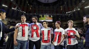 Los estudiantes de Liberty University esperan la llegada de Donald Trump durante un mitin de campaña en 2016.