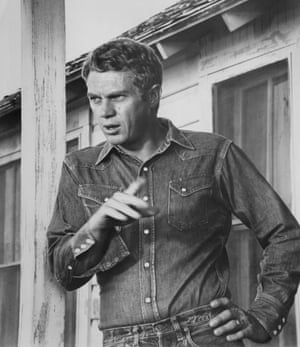 Steve McQueen in a Wrangler denim shirt on the set of the film Baby the rain must fall, 1965.