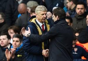 Arsenal manager Arsene Wenger and Spurs boss Mauricio Pochettino shake hands.