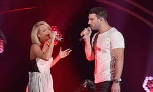 Carrie Underwood and Sam Hunt make sex eyes at one another at the Grammys.