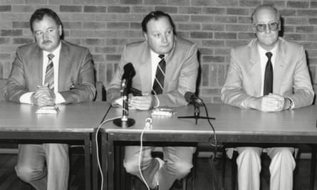 Detectives hold a conference during the investigation into the Pitchfork murders in 1986.