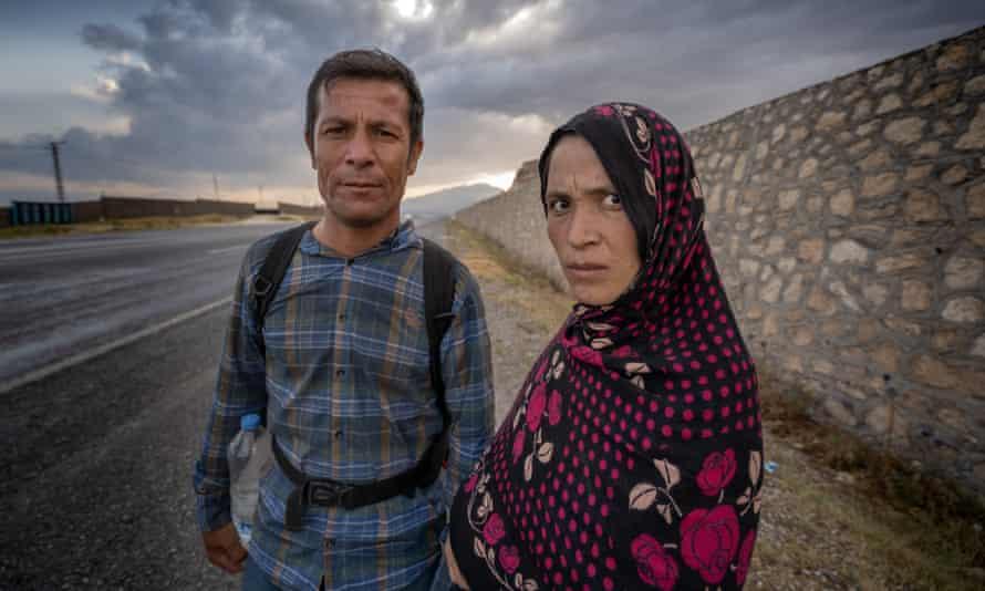 زوجان أفغان يمشيان تحت شمس الصيف على الطريق السريع Erciş-Bitlis.  المرأة حامل.