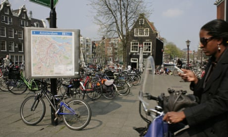 Netherlands considers banning use of phones on bikes