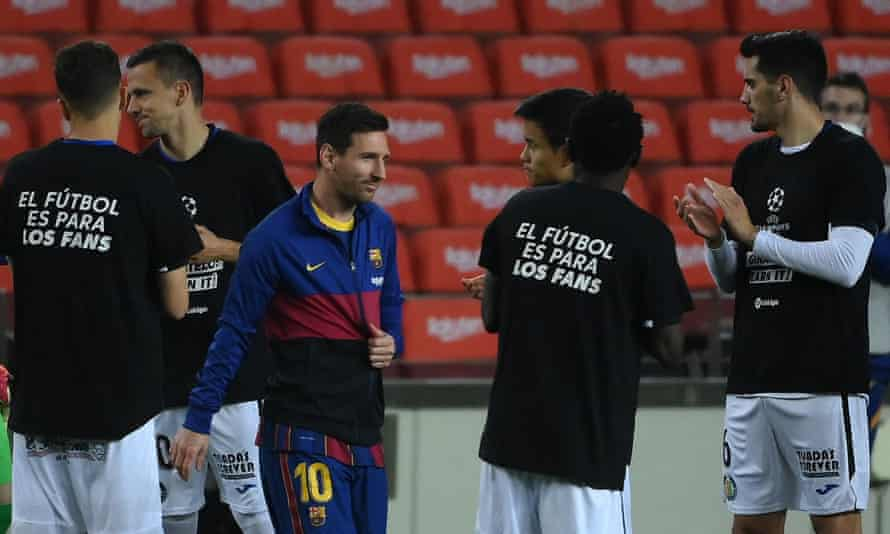 Lionel Messi takes to the field at Camp Nou, passing Getafe players wearing anti-ESL T-shirts.