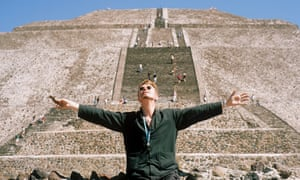Bowie in front of The Pyramid of the Sun at the archaeological site of Teotihuacan in October 1997.