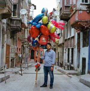 Balloon street vendor Özgür Fitir