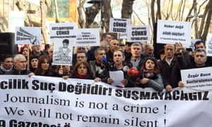 Turkish journalists demonstrate in support of jailed colleagues Can Dündar and Erdem Gül.