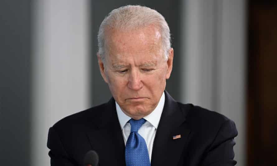Dari dekat Joe Biden melihat ke bawah, seolaholah pada catatan atau dokumennya