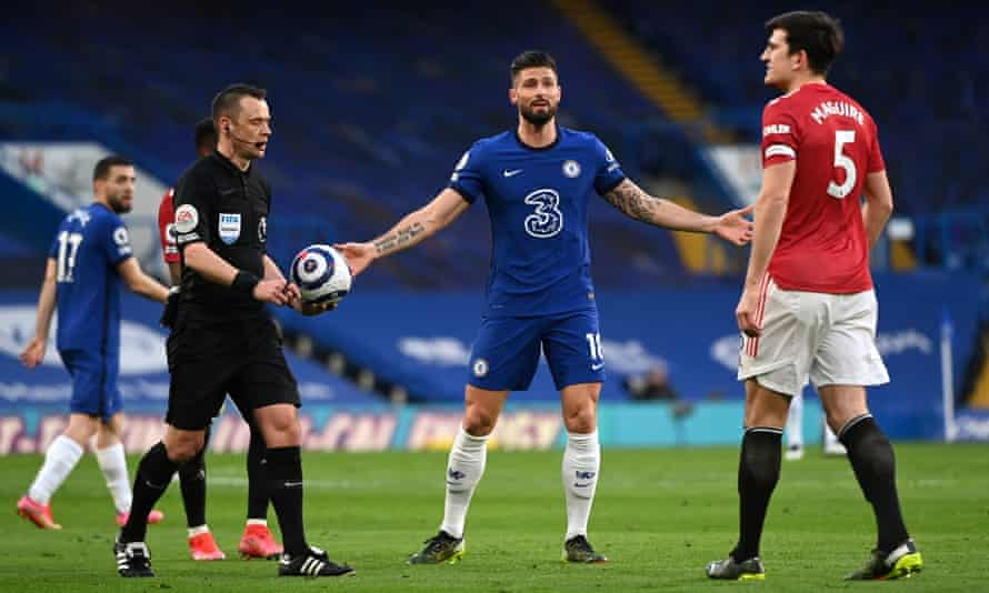 Stuart Attwell, Olivier Giroud and Harry Maguire after Attwell decided not to award United a penalty.
