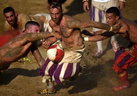 Players compete in the final at Piazza Santa Croce on Saturday.