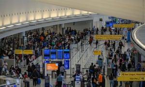الركاب في مطار جون إف كينيدي (JFK) قبل عطلة نهاية الأسبوع في يوم الذكرى في مايو