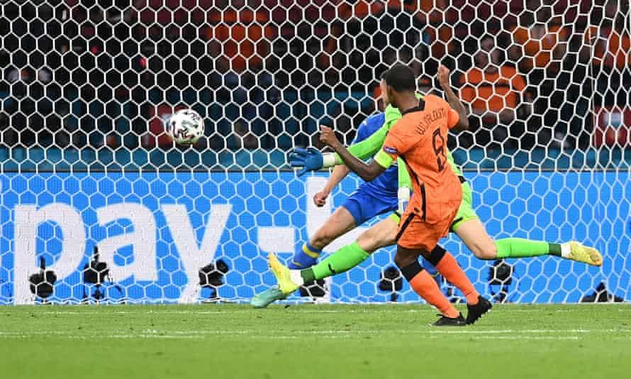 Georginio Wijnaldum puts the Netherlands 1-0 up against Ukraine