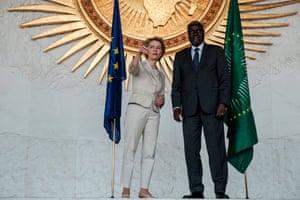 La présidente de la CE, Ursula von der Leyen, avec le président de l'Union africaine, Moussa Faki Mahamat, à Addis-Abeba, le 7 décembre 2019.
