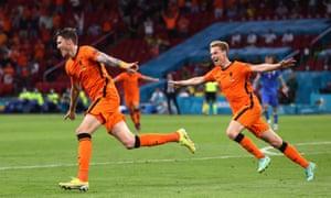 Wout Weghorst is pursued by Frenkie de Jong after scoring Netherlands' second goal.