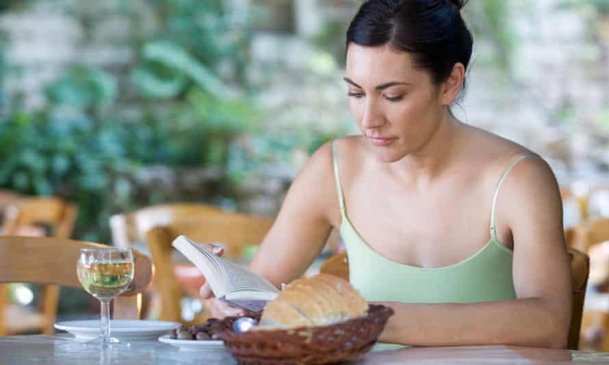 A woman sitting alone in a restaurantB07N13 A woman sitting alone in a restaurant