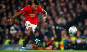 Marcus Rashford fires in an astonishing free-kick to give Manchester United an impressive Carabao Cup victory at Chelsea.