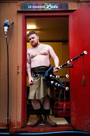 Cameron Barnes, Scottish piper, is the leading male character of Le Haggis