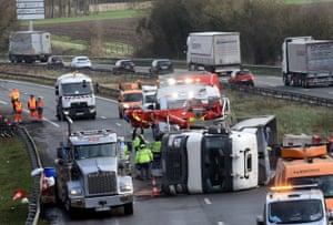 I soccorritori al lavoro sull'autostrada A2 a Marly, nel nord della Francia, dopo che un camion è stato ribaltato da Storm Ciara