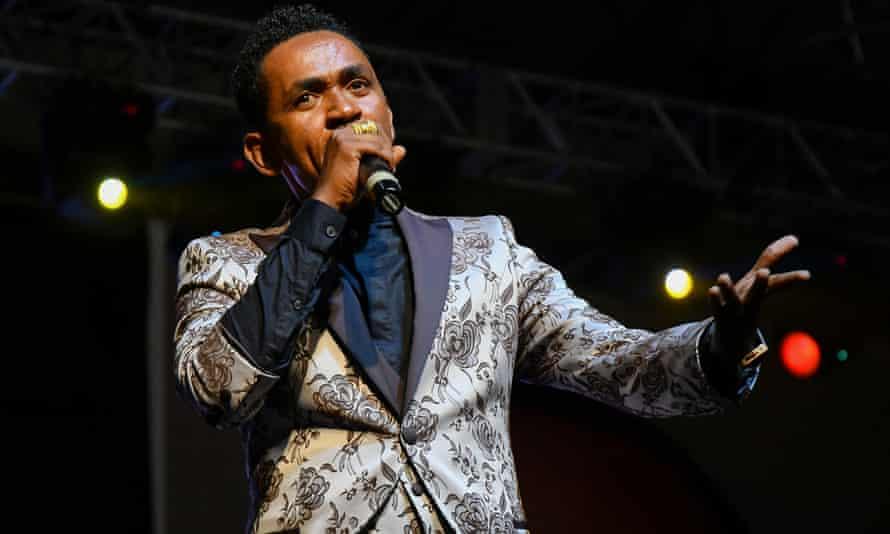 Haacaaluu Hundeessaa performing in Addis Ababa in July 2018.