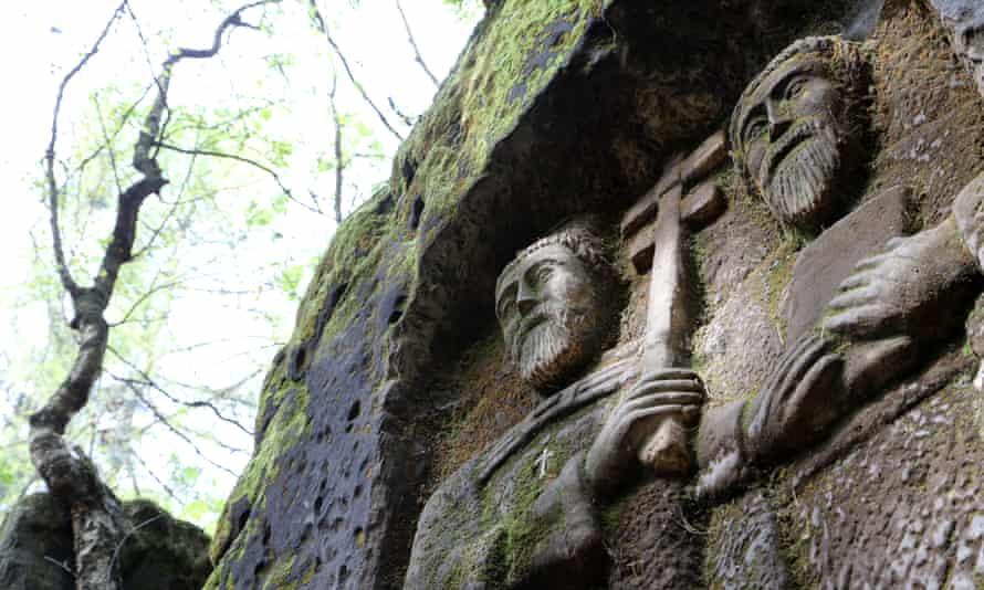 Figures carved in sandstone near Valdštejn Castle