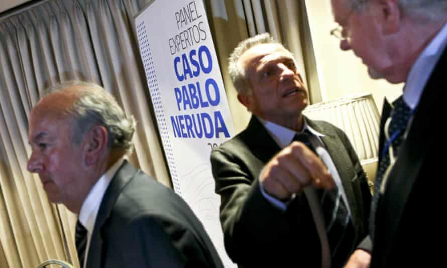 forensic expert Aurelio Luna (centre) and Rodolfo Reyes (left) at Friday's press conference in Santiago announcing new findings that Pablo Neruda did not die of cancer.