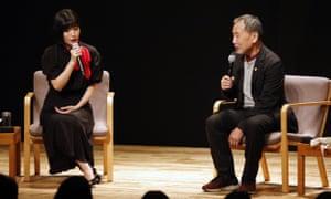 Alabado sea… Kawakami habla con Haruki Murakami en el escenario de Tokio. 2019.