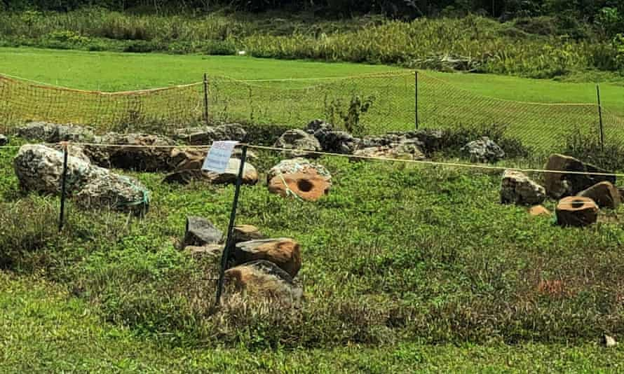 آثار باستانی از مکانهای تاریخی Finegayan در Dededo در شمال گوام برداشته شد