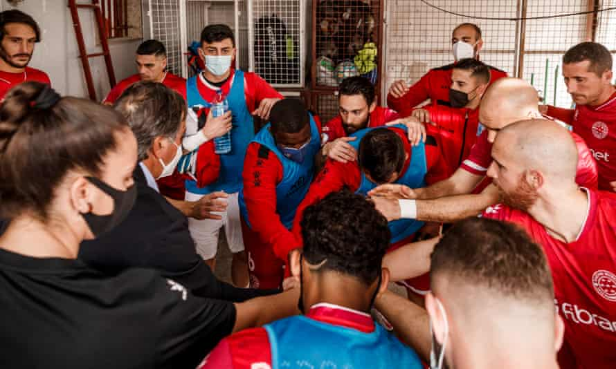 Royston Drenthe in the post-match huddle at Racing Murcia