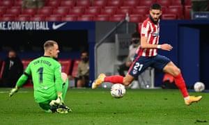 Yannick Carrasco takes the ball past Barcelona's Marc-Andre Ter Stegen