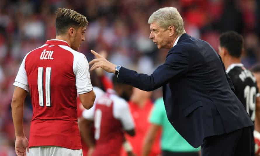 Arsène Wenger gives order to Mesut Özil