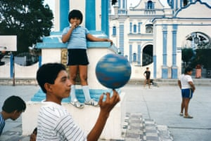 Children in Tehuantepec, Mexico, 1985 by Alex Webb.