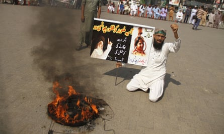 Protesters hold placards reading: 'Hang Asia Bibi' after the supreme court acquitted her