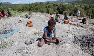 A child working in the mica mine of Ampikazo