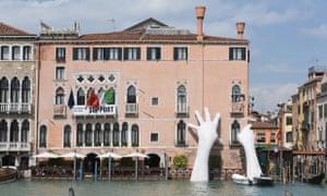 Lorenzo Quinn Support, Venice 2017