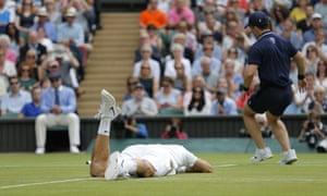 Federer falls.