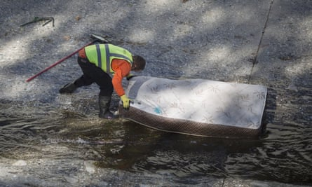 A city worker cleans up trash on 20 November 2015 in Los Angeles. Defendants are frequently assigned to positions alongside paid workers.