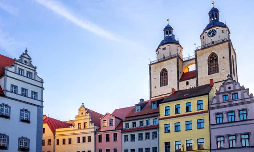Hôtel de ville, maisons d'époque et église St Mary, Lutherstadt Wittenberg.