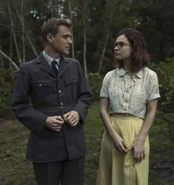Lily James with Johnny Flynn in The Dig.