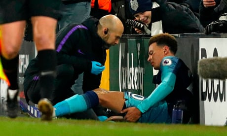 'It doesn't look great': Mauricio Pochettino worried by extent of Dele Alli's injury –video