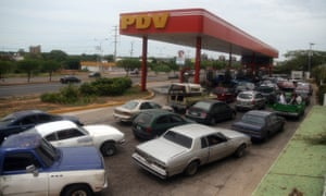 Petrol stations are plagued by long queues.