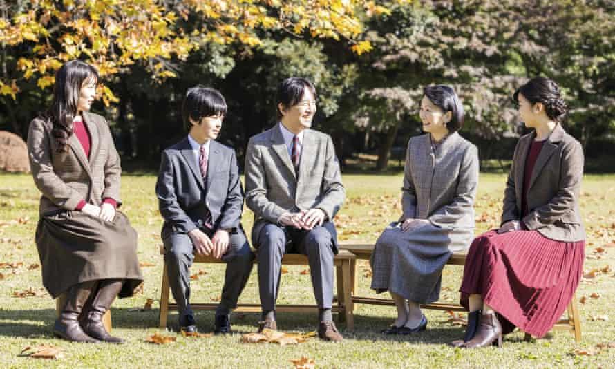 ولیعهد فومیهیتو ، در مرکز ، با همسرش ولیعهد کیکو ، دومین سمت راست ، و فرزندانشان ، پرنسس ماکو ، چپ ، پرنس هیساهیتو ، سمت چپ دوم ، و پرنسس کاکو ، راست راست صحبت می کند.