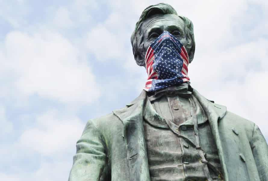 An Abraham Lincoln statue with a face mask in Sioux City, Iowa.