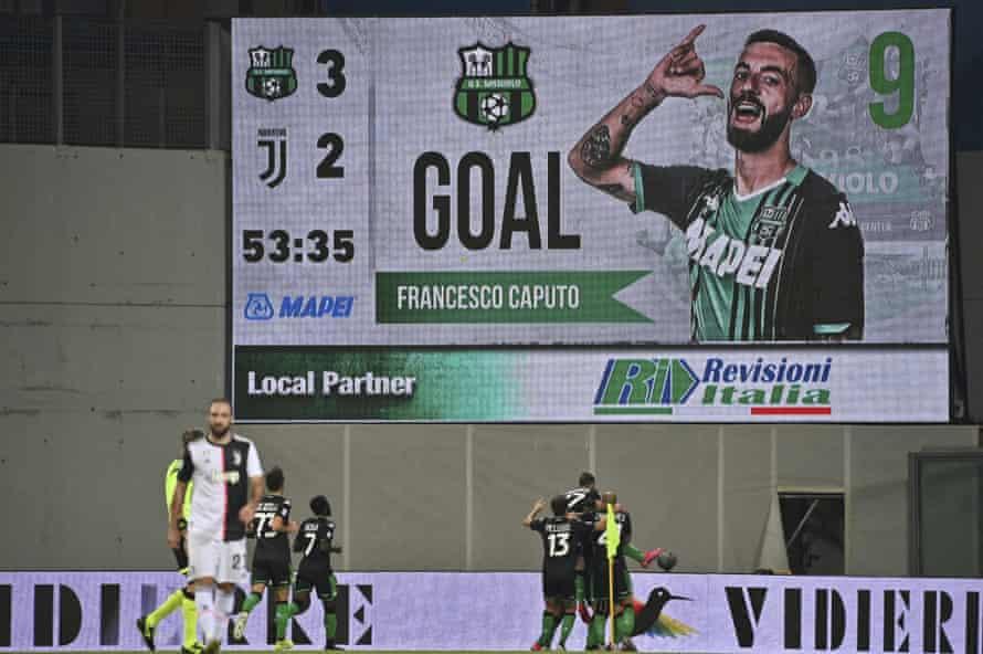 Sassuolo celebrate after Francesco Caputo made it 3-2.