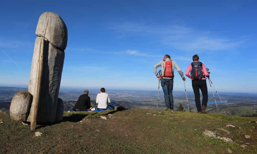 The two-meter-high wooden penis sculpture on the ridge of the Grunten mountain in Germany. The mystery monument has since disappeared.