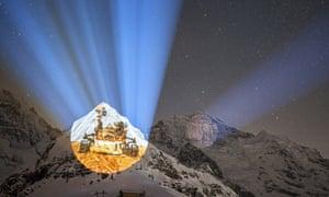 Sebuah proyeksi yang menggambarkan misi penjelajah NASA Mars 2020 oleh seniman Gerry Hofstetter di Männlichen, Swiss