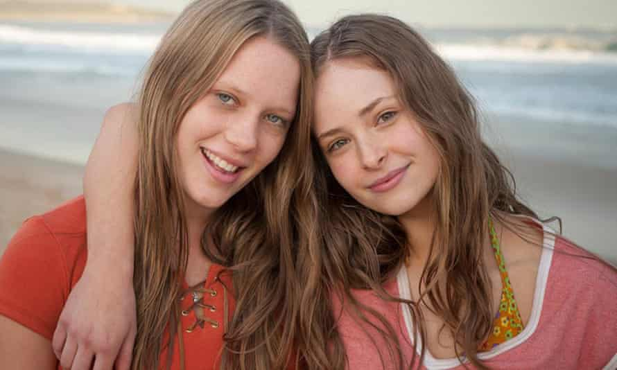 Brenna Harding (as Sue Knight) and Ashleigh Cummings in Puberty Blues (2012), an Australian television show
