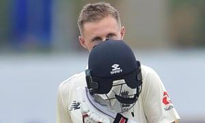 Englands Joe Root kisses his helmet badge after reaching his double ton.